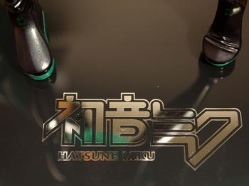 マックスファクトリー 1/7 初音ミク - ベースのロゴ